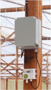 Sensor de temperatura e umidade (embaixo) e enviando dados para o transmissor, em sistema automatizado. Fonte: Autor.